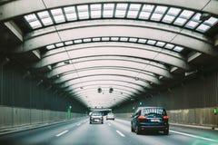 Высокоскоростные машины внутри тоннеля шоссе городского Стоковые Изображения