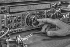 Высокочастотный приемопередатчик радиолюбителя в черно-белое стоковое фото