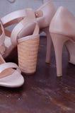 Высоко-накрененные ботинки женщины стоковые фотографии rf