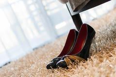 Высоко-накрененный ботинок на ковре стоковое фото rf