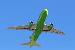 Высота увеличений аэробуса A319-113 пассажирского самолета Стоковая Фотография