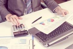 Выставка бизнесмена анализируя отчет, концепцию эффективности бизнеса Стоковые Фотографии RF