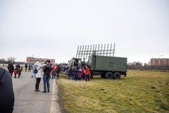 Выставка воинского оборудования на авиаполе Краснодара Телезрители проверяют воинские автомобили и передвижную радиолокационную с стоковые фото