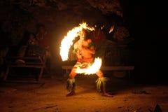 Выставка в известной пещере Hina, запачканное движение огня, пляж Oholei, тонна Стоковое Изображение RF