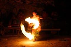 Выставка в известной пещере Hina, запачканное движение огня, пляж Oholei, тонна Стоковые Фото