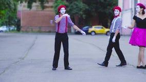 Выставка 2 девушек пантомим сток-видео