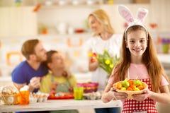 Выставка девушки крася пасхальные яйца Стоковая Фотография RF