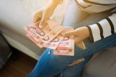 Выставка женщины рук и подсчитывать тайские деньги Стоковые Фотографии RF