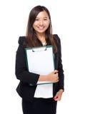 Выставка женщины с чистым листом бумаги доски сзажимом для бумаги Стоковые Изображения