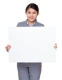 Выставка коммерсантки с белым знаменем Стоковое Фото