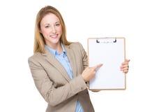Выставка коммерсантки с чистым листом бумаги на доске сзажимом для бумаги Стоковые Фотографии RF