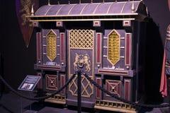 Выставка костюмов и упорок от ` кино игра ` тронов в предпосылках морского музея Барселоны Стоковые Изображения RF