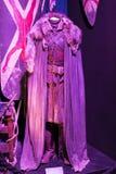 Выставка костюмов и упорок от ` кино игра ` тронов в предпосылках морского музея Барселоны Стоковые Фотографии RF