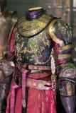 Выставка костюмов и упорок от ` кино игра ` тронов в предпосылках морского музея Барселоны Стоковые Изображения