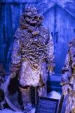 Выставка костюмов и упорок от ` кино игра ` тронов в предпосылках морского музея Барселоны Стоковое фото RF