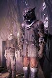 Выставка костюмов и упорок от ` кино игра ` тронов в предпосылках морского музея Барселоны Стоковая Фотография RF