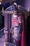 Выставка костюмов и упорок от ` кино игра ` тронов в предпосылках морского музея Барселоны Стоковое Изображение RF