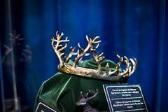Выставка костюмов и упорок от ` кино игра ` тронов в предпосылках морского музея Барселоны Стоковые Фото