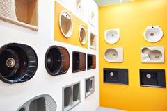 Выставка кухонных раковин в магазине стоковое фото rf