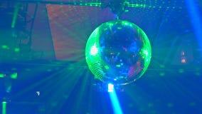 Выставка лазера, с танцорами на этапе и много людей танцуют в ночном клубе во время партии сток-видео