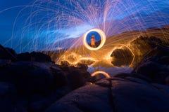 Выставка огня изумляя на ноче Стоковое Фото