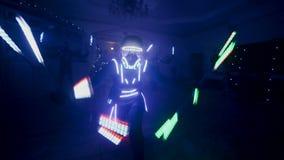 Выставка приведенная Танец людей в светлых костюмах движение медленное сток-видео