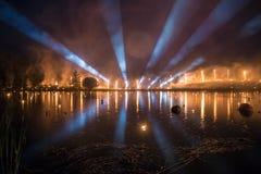Выставка прожектора с выставкой огня над озером на ноче Стоковые Фотографии RF