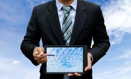 Выставка технологии таблетки экрана касания владением человека стоковое изображение rf