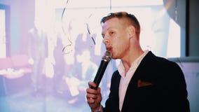 Выставка уродского хозяина события повествуя в микрофон на этапе акции видеоматериалы