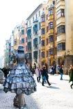 Выставка улицы--Женщины в серебряном костюме Стоковые Изображения