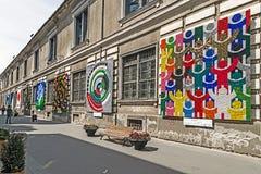 Выставка улицы при картины сделанные покрашенных пластичных пробочек Стоковые Фото