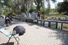 Выставка художников картин на улице стоковые изображения