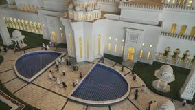 Выставка шейха Zayed Грандиозн Мечети модель-макетов сделанной Lego соединяет в Miniland Legoland на парках и курортах Дубай видеоматериал