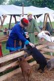 Выставка Reenactors их искусства Они подают животноводческие фермы стоковое фото rf