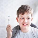 Выставки термометра мальчика Стоковая Фотография RF