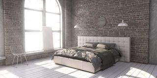 Выстеганная королевская кровать в спальне стиля просторной квартиры Стоковая Фотография RF
