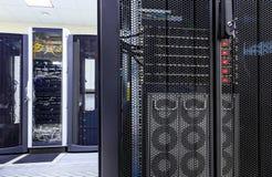 Выстраивает в ряд современные суперкомпьютеры в вычислительном центре данных стоковое изображение