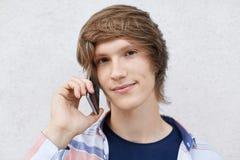 Выстрел в голову красивого стильного мальчика битника вызывая его usin друга стоковое фото rf