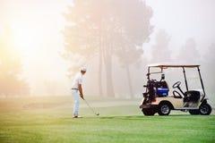 Выстрел при подходе гольфа стоковая фотография