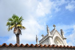 Выступать от стены часовни и ладони кладбища Стоковая Фотография RF