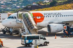 ВЫСТУЧАЙТЕ аэробус A319-111 Португалии на авиапорте Фуншала Cristiano Ronaldo, всходя на борт пассажиров Это airpo Стоковые Фото