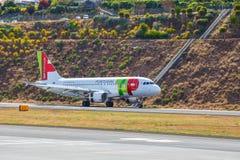 ВЫСТУЧАЙТЕ земли аэробуса A319-111 Португалии на авиапорте Фуншала Cristiano Ronaldo Стоковое Изображение