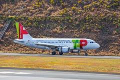 ВЫСТУЧАЙТЕ земли аэробуса A319-111 Португалии на авиапорте Фуншала Cristiano Ronaldo Этот авиапорт один из th Стоковые Изображения RF