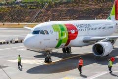 ВЫСТУЧАЙТЕ земли аэробуса A319-111 Португалии на авиапорте Фуншала Cristiano Ronaldo Этот авиапорт один из th Стоковое Фото