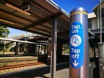 Выстучайте на и выстучайте с электронного опалового читателя карточки перемещения на железнодорожном вокзале Arncliffe стоковое фото