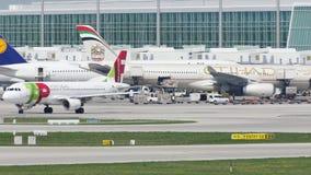 ВЫСТУЧАЙТЕ самолет Air Portugal на взлётно-посадочная дорожка в авиапорте Мюнхена, Германии