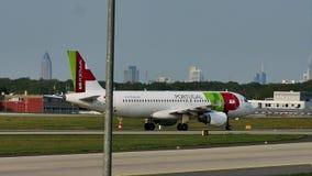 ВЫСТУЧАЙТЕ самолет Air Portugal на взлётно-посадочная дорожка в авиапорте Франкфурта, FRA, Германии
