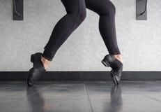Выстучайте стойку пальца ноги ботинка в классе крана Стоковые Изображения