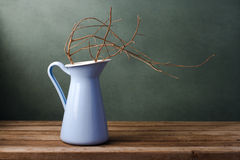 Высушенная ветвь в кувшине эмали Стоковая Фотография