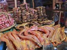 Высушенная вкусная рыба лежит в рынке Стоковое фото RF